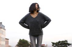 Le pull en mohair Rodier pour un total look gris, porté par la blogueuse Mode en…