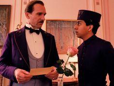 『グランド・ブダペスト・ホテル』出演のレイフ・ファインズとトニー・レヴォロリ
