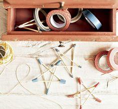 Estrelas de palitos com pontas coloridas podem virar móbile ou penduricalhos para dar graça àquele cantinho esquecido. Fitas Veio na Mala, minigaveteiro Ideia Única