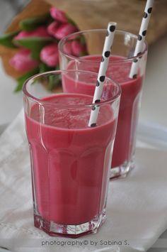 Frullato di fine inverno: Ingredienti per 2 bicchieroni: 1 piccola rapa rossa cotta - 2 mele golden - il succo di 2-3 arance - 1 pezzetto di zenzero - 2 cucchiaini di miele - 1 yogurt bianco.