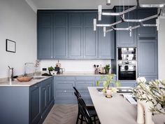 I'm in love with the deep blue kitchen, paired up with a beige marble and those small chrome handles. By designing the kitchen layout in the corner, ample space is left for … Continue reading → Home Decor Kitchen, Rustic Kitchen, Interior Design Kitchen, Kitchen Knobs, Kitchen Black, Cottage Kitchens, Home Kitchens, Modern Kitchens, Black Kitchens