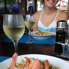 Lunch for two. We'll deserved! And a fresh glass of white Italian WIne! Charging days, no work,  no exercises, just chill 🏄🇨🇷😇