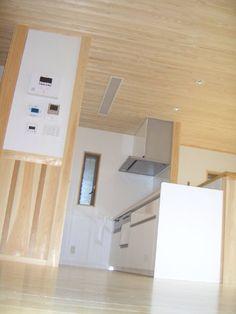 木と漆喰の自然溢れる場所に最新のキッチン(木造3階建ての家)奈良県橿原市・木の家・秦建築