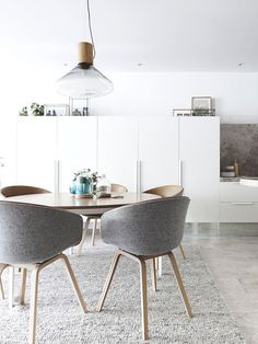 Melbourne Home · Eddie Kaul and Richa Pant Kitchen / dining details. Dining table by Daniel Barbera, chairs by Hay, glass domes by Amanda Dziedzic. Via The Design Files. Dining Room Design, Dining Area, Dining Tables, Dining Rooms, Round Dining Table Modern, Round Tables, Elegant Dining, Zeitgenössisches Apartment, Apartment Ideas