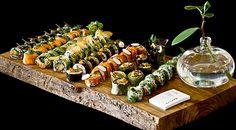 Sushi Platte mit Maki und Reispapierrollen Sushi Catering, Table Decorations, Furniture, Home Decor, Interior Design, Home Interior Design, Arredamento, Dinner Table Decorations