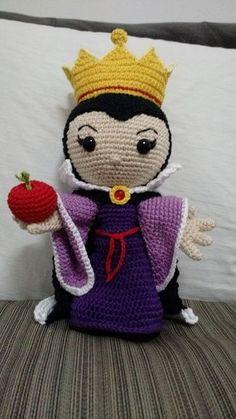 Amigo feito de crochê baseado na personagem Rainha Má (madrasta da Branca de Neve). Com olhos de segurança e enchimento de fibra siliconada. Detalhes com cola universal para artesanato.