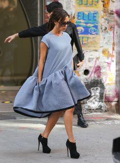 Бешеный ритм жизни не позволяет расслабиться ни на минуту. Даже во время беременности женщины продолжают следить за собой и одеваться стильно и модно. Предлагаем посмотреть на некоторых знаменитостей, которые выглядят потрясающе даже в таком нелегком положении.