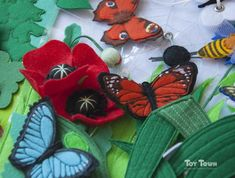 Развивающие книжки и игрушки из фетра Toy Town's photos Book Libros, Baby Bug, Felt Quiet Books, Picture Logo, Toddler Books, Busy Book, Felt Toys, Felt Animals, Sewing For Kids