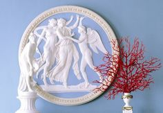 Living room with neoclassical frieze Beautiful Interior Design, Decorative Objects, Feng Shui, Bedroom Decor, Coral, Blue And White, Colours, Fantasy, Antiques