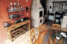 1. Na churrasqueira, foram usados uma grande mesa redonda e o aparador-adega em madeira de demolição. Outros itens com características rústi...