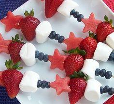 Fruchtspieße: Verschiedene Sorten Obst auf einen Schaschlikspieß gepiekst und mit einigen Marshmellows versüßt – so macht auch Obstessen Spaß. Besonders niedlich sind die Sternchen, die mit Hilfe eines Ausstechförmchens aus Wassermelonen gemacht wurden.