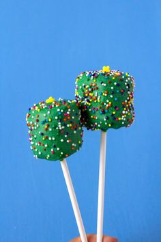These Christmas tree marshmallow pops are great way to get you in the Christmas spirit. These marshmallows are covered in chocolate and lots of sprinkle. Christmas Pops, Christmas Snacks, Christmas Brunch, Christmas Chocolate, Christmas Appetizers, Simple Christmas, Holiday Treats, Christmas Tree, Christmas Cookies