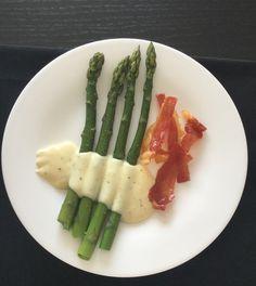 Groene asperges met zachte mosterd-kaassaus en serranochips.  Leg je sneetjes serranoham op een bakplaat. Laat het vetrandje eraan dit is namelijk opvallend lekker wanneer dit een krokantje geworden is. En zet 20 min in een oven van 200 graden. Pas als je ze uit de oven neemt worden ze krokant bij het afkoelen. Kook je asperges ondertussen beetgaar. Dep droog. Peper en zout ze. Voor het sausje meng je 200 ml room met een el mosterd, wat Provençaalse kruiden en 3 zizkaasjes. Smakelijk.