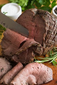 How to prepare a tender Top of the Round Roast beef recipes Cooking Roast Beef, Roast Beef Recipes, Beef Meals, Beef Welington, Beef Sirloin, Oven Roast Beef, Traeger Recipes, Paleo Meals, Venison