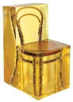 A genial Amber Chair do designer coreano MJaeuk Jung, que preserva peças de design fossilizadas em cubos de âmbar.
