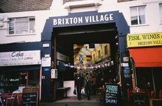 Brixton Village Amoureux de nourriture, il n'y a pas de meilleurs endroits à Londres pour goûter aux saveurs du monde entier. Les « foodies » arrivent en nombre le samedi matin pour profiter d'un brunch composé de crêpes géantes et pancakes au Burnt Toast Cafe. On vous recommande également de savourer un café à Federation.