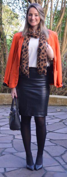 Look do dia - look de trabalho - workwear - work outfit - fall outfit - moda corporativa - branco e preto laranja - black And white orange - animal print - leopard - Blazer laranja - orange  jacket - scarpin- saia de couro fake - saia lápis