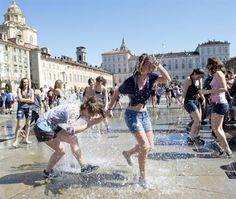 Festeggiare la fine della scuola tra le fontane di Piazza Castello
