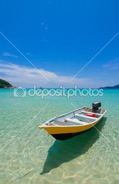 лодка на пляж с чистой водой и голубое небо — Стоковое фото © NizamD #52980337