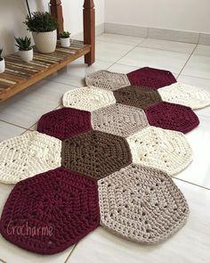 Diy Crafts - This week I missed this rug that I simply .- Essa semana bateu uma saudade desse tapete que eu simplesmente amei fazer! Crochet Doily Rug, Crochet Rug Patterns, Crochet Carpet, Crochet Home, Diy Crochet, Crochet Flowers, Tatting Patterns, Knit Rug, Crochet Decoration