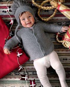 Strik selv: Retstrikket babyjakke og hue med øreklapper - Hendes Verden Knitting For Kids, Baby Knitting Patterns, Brei Baby, Häkelanleitung Baby, Crochet Baby Pants, Drops Baby, Baby Barn, Crochet Basket Pattern, Baby Cardigan