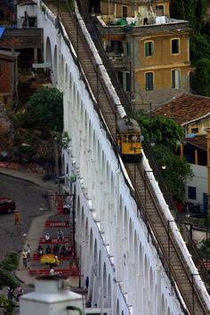 Bondinho no Arco da Lapa - Rio de Janeiro - Brasil - Arco da Lapa antigo Aqueduto da Carioca foi construído para funcionar como aqueduto nos tempos do Brasil Colonial, e desde 1896, serve como via para o bonde que liga o centro da cidade ao bairro de Santa Teresa.