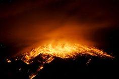 Vista de la erupción del volcán Tungurahua, de la ciudad de Baños (Ecuador). (AFP/VANGUARDIA LIBERAL)