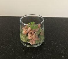 Garnaalglaasje ; garnaaltjes , avocado opgeklopt met room en peterselieblaadjes