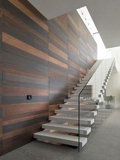 Design moderno scala a rampa, effetto sospeso, con ringhiera in vetro temperato