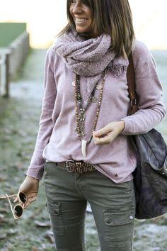 Olha que lindo esse colar de contas com moedas!!! Amei e estou atrás de um igual pra mim! Repare que ela escolheu echarpe e suéter da mesma cor pra ficar bem elegante.