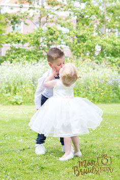 Broer en zus als bruidskindjes met een super schattig moment!