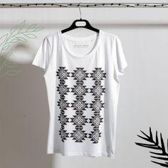 organic cotton tshirt buzana Linen Tshirts, Organic Cotton T Shirts, Quality T Shirts, Black Linen, T Shirts For Women, Clothes For Women, Collar And Cuff, Short Sleeves, Model