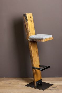 Make your own bar stool out of wood - certainly doable for you home improvement professionals . Make your own bar stool out of wood – certainly doable for you home improvement professionals; Metal Furniture, Industrial Furniture, Pallet Furniture, Furniture Projects, Furniture Design, Pallet Chair, Furniture Dolly, Furniture Movers, Painted Furniture