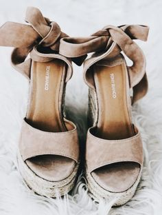 Best 10 sandals Cute comfortable strappy gladiator leather wedge sandals chunky flatform jamaica lace up boho espadrilles sandals Cute Shoes, Me Too Shoes, Trendy Shoes, Shoe Boots, Shoes Heels, Flats, Sock Shoes, Suede Heels, Shoes Sneakers