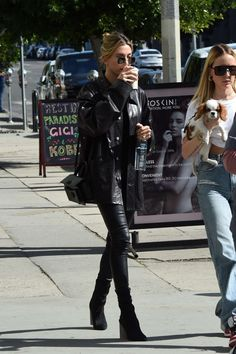 Hailey Baldwin Street Style in a Black Basic Tee Out And About in Los Angeles, Autumn Winter Baldwin Street, Hailey Baldwin Style, All Black Looks, Model Outfits, Fashion Outfits, Autumn Street Style, Fall Winter Outfits, Daily Fashion, Fashion News