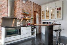 Exposed brick in the kitchen Furniture, Kitchen Inspirations, White Kitchen, Brick Kitchen, Apartment Design, Home, Kitchen Cabinets, Exposed Brick, Brick