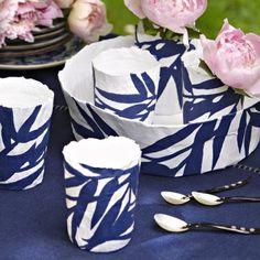 Vaisselle en papier mâché peinte de feuilles de bambou en bleu de chine comme de la porcelaine de ming