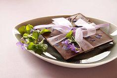 Lecker: Veilchenschokolade! Diese Schokolade löst wahre Glücksgefühle aus. Das Rezept findet ihr hier!