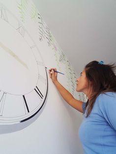 Disegno floreale ed orologio dipinti con colori acrilici nella parete della sala da pranzo. All' orologio ho montato il meccanismo per renderlo funzionante.