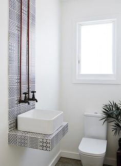 banheiro minimalista branco com azulejo