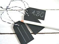 3 kleine Tafelanhänger aus Holz beschriftbar mit Kreide    Die Tafeln sind blanko schwarz und haben eine kleine Schnur zum Aufhängen    Der Stift w...