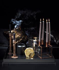 Näyttävä ja dramaattinen kynttiläasetelma syntyy yhdistämällä mustaa ja metallia. Kuparin ja kullan sävyt hehkuvat upeasti tummaa taustaa vasten. Koti ja keittiö 11/13, Tea Honkasalo, kuva Arsi Ikäheimonen