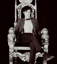 Sentado no meu trono   Observo toda a gente   Ora atento, ora indiferente   Sempre impavidamente   Vou governando o meu reino     Senta...