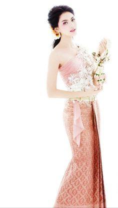 Davika Hoorne in Thai wedding dress Thai Traditional Dress, Traditional Wedding Dresses, Traditional Fashion, Traditional Outfits, Thai Wedding Dress, Khmer Wedding, Thailand Fashion, Thai Fashion, Thai Dress