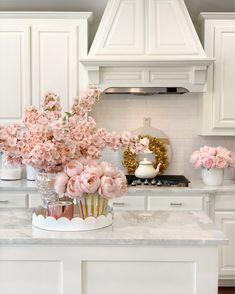 Home Decor Kitchen, Home Kitchens, Gold Kitchen, Kitchen White, Home Office Decor, Küchen Design, Unique Home Decor, Pink Home Decor, Beautiful Kitchens