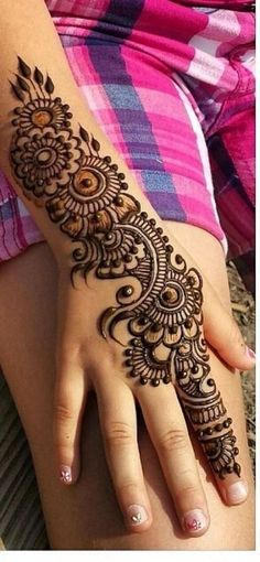 These stuning simple mehndi designs will suits you on every occassion. In Indian culture, mehndi is very important. On every auspicious occasion, women apply mehndi to show the importance of the occasion. Henna Art Designs, Mehndi Designs For Girls, Mehndi Designs For Beginners, Modern Mehndi Designs, Dulhan Mehndi Designs, Wedding Mehndi Designs, Mehndi Design Pictures, Mehndi Designs For Fingers, Latest Mehndi Designs