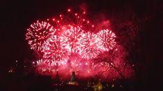 Po osmičkovém roce připomínajícím výročí založení republiky, ale imnichovskou smlouvu či sovětskou okupaci, nastal rok sčíslicí 9na konci. To mimo jiné znamená kulaté výročí sametové revoluce a pádu totalitního režimu vČeskoslovensku vroce 1989.Zvovunabytá svoboda je iústředním tématem novoročního pražského ohňostroje. Svoboda, Fireworks, Chandelier, Ceiling Lights, Home Decor, Candelabra, Decoration Home, Room Decor, Chandeliers