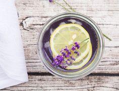 Lavendel-Limonade darf in diesem Sommer nicht fehlen - weder beim Kaffeekränzchen noch beim Grillen, auf Ausflügen oder bei Schwimmbadbesuchen. Das Erfrischungsgetränk gibt es zwar fertig im Supermarkt zu kaufen, selbst gemacht schmeckt die Limo aber deutlich leckerer. http://www.fuersie.de/sommer/artikel/lavendel-limonade-selber-machen
