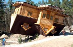La maison à l'envers à Szymbark, Pologne En Pologne, l'architecte Daniel Czapiewski a imaginé une maison à l'envers pour les touristes mais également pour dénoncer un «monde qui va mal». La visite provoque une sensation étrange – on y entre par la fenêtre et on se dplace sur le plafond...
