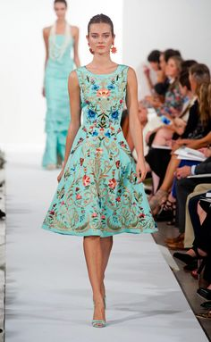 Divas, in this post take a look at Oscar de la Renta: Spring/Summer He unveiled his newest collection at New York Fashion Week. Ny Fashion Week, Diva Fashion, New York Fashion, Look Fashion, Runway Fashion, Spring Fashion, Fashion Show, Fashion Design, Fashion Trends